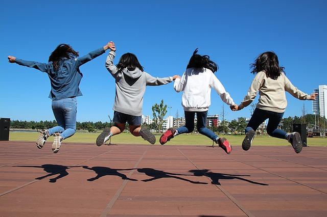 skákájící holčičky