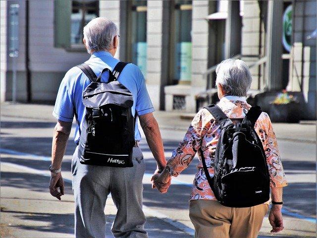 dva důchodci vedoucí se za ruku