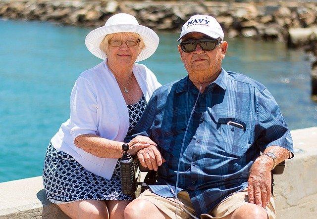 dva senioři na fotce pravděpodobně na dovolené
