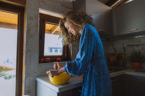 kuchyň v mobilní dřevostavbě